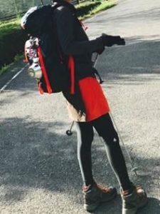 女性 登山コーデ 巻きスカート