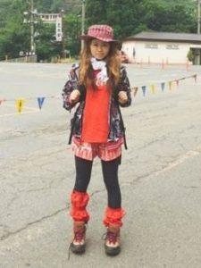 女性 登山コーデ コカ・コーラスタイル