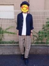 ネイビーシャツ チェックのパンツ 男性 コーデ
