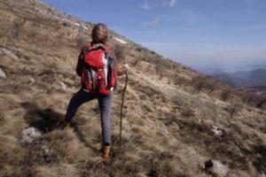 登山途中で景色を眺める女性