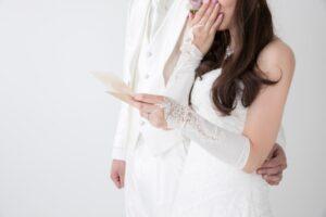 手紙を読んで涙ぐむ花嫁