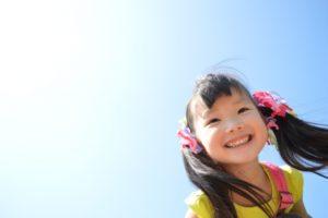 小学生 女の子 青空 笑顔