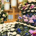 お通夜告別式の供花や花輪の値段相場!名前の書き方や順番は?