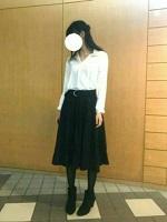 白のシャツ 黒のスカート