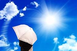 太陽光 日傘をさす女性