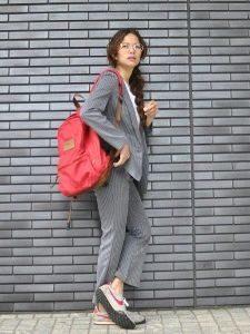 パンツスーツ 女性 スニーカー