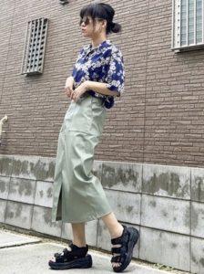 ブルーのアロハシャツ スカート 女性