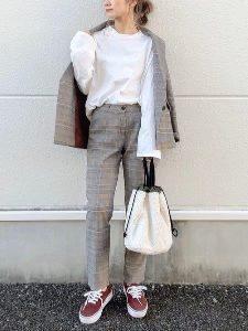 女性 スーツ スニーカー コーデ