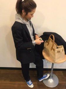 女性 ブラックスーツ スニーカー コーデ