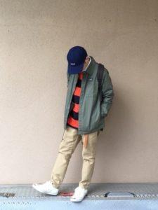 カーキのチノパン ラガーシャツとジャケット 男性