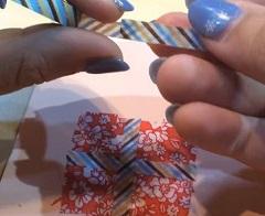 プレゼントの柄にマスキングテープを貼る