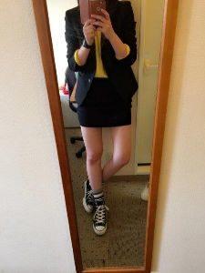 黒スカートスーツ スニーカー コーデ