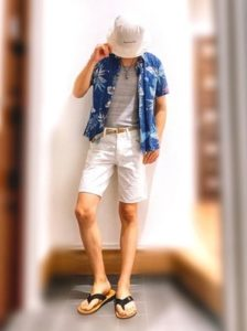 ブルーのアロハシャツ 白のハーフパンツ 男性