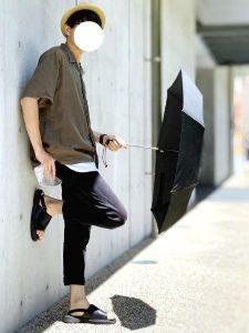 黒の日傘 男性 カジュアルコーデ 麦わら帽子