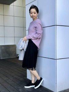 スカート 黒スニーカー コーデ