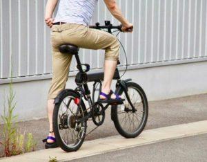 自転車に乗るサンダルを履いた男性