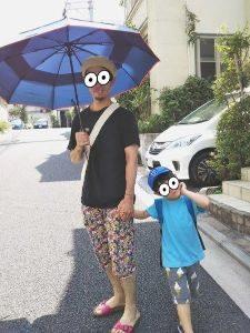 ブルーの日傘 男性 子供 ハーフパンツ コーデ