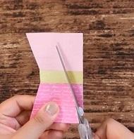 マスキングテープを貼ったカードをリボン型に切る
