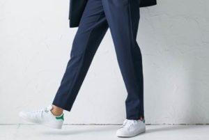 スーツ スニーカー 女性