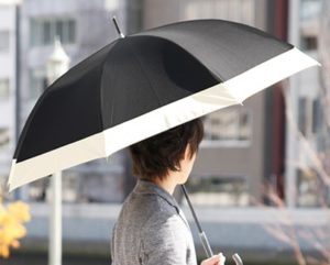 日傘をさす男性