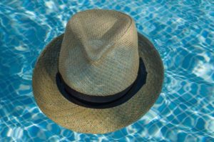 プールに浮かぶ麦わら帽子
