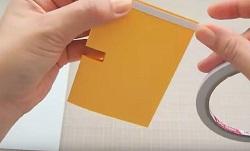 画用紙の裏面に両面テープを貼る