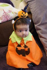 ハロウィンのマントをつけた赤ちゃん