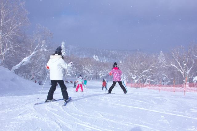 ゲレンデでスキーを楽しむ女性たち