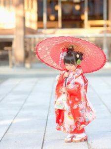 七五三 着物姿で和傘をさした女の子