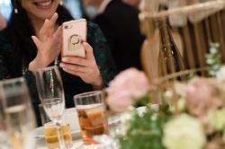 結婚式 スマホを見る女性