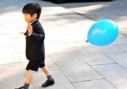七五三 ハーフパンツスーツ姿の風船を持った男の子