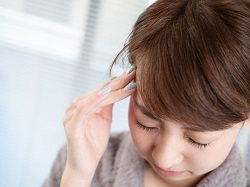 頭痛を感じる女性