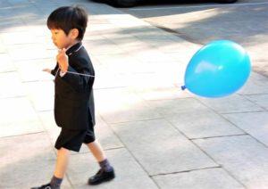 七五三 風船を持ったスーツ姿の男の子