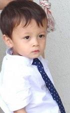 シャツをネクタイを身に付けた男の子