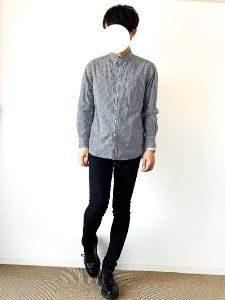 男性 シャツ 黒のパンツ 春コーデ