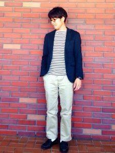 ボーダーのTシャツ ネイビージャケット 白のスラックス 男性 コーデ