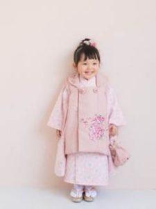 七五三 ピンク色の着物の女の子