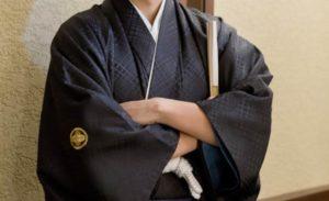 袴を着て腕を組む男性