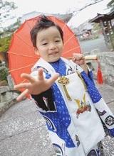 七五三 袴を着て和傘を持つ男の子