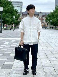 白のシャツ ネイビーのパンツ 男性