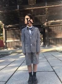 七五三 柄物のハーフパンツスーツと蝶ネクタイの男の子