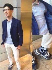 水色のポロシャツ ネイビーのジャケット 白のパンツ 男性