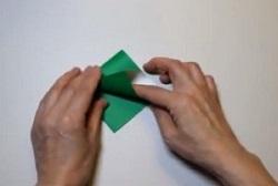 緑の折り紙を折る