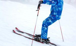 スキーをする男性 ブルーのスキーウェア