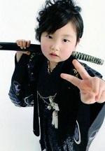 七五三 袴を着て日本刀を抱えた男の子