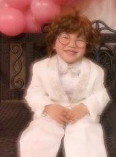 白のスーツを着たメガネを掛けた男の子 デザインパーマ