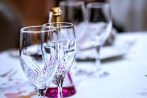 ホテル テーブル ワイングラス