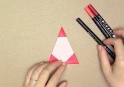 折った赤い折り紙 ペン