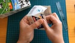 切った牛乳パック 三角の折り目部分をセロテープで止める
