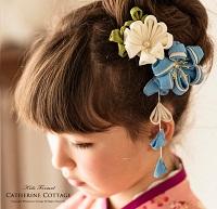 和装の髪飾りを付けた女の子